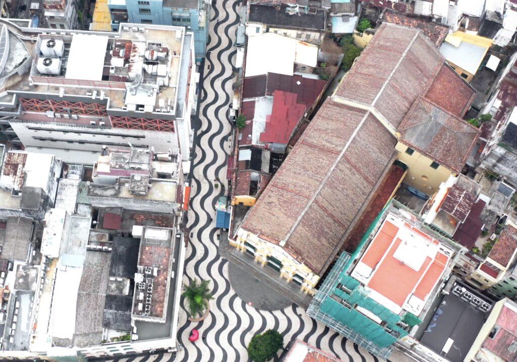 寧靜的教堂旁邊原來是馬路,每年達三千萬遊客經過的小巷
